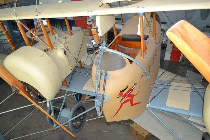 Французский дальний (по тем временам и 300 километров было очень далеко) разведчик и бомбардировщик, а при случае – и истребитель Кодрон G.IVA2. Такая «летающая этажерка» была сделана Гастоном Кодроном путем «спаривания» двух ближних разведчиков G.III и добавления центральной гондолы для экипажа. Потому в России, где G.III называли просто «Кодрон», эта машина именовалась «Би-Кодрон» или «Двукодрон»