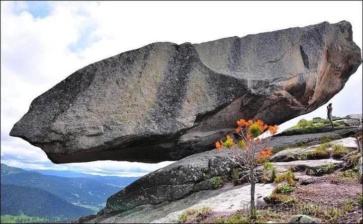 Почему не падают висящие камни