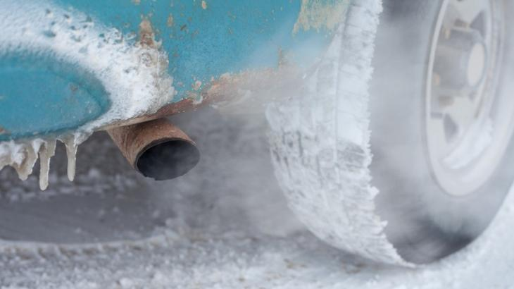 Vehicle exhaust pipe in winter