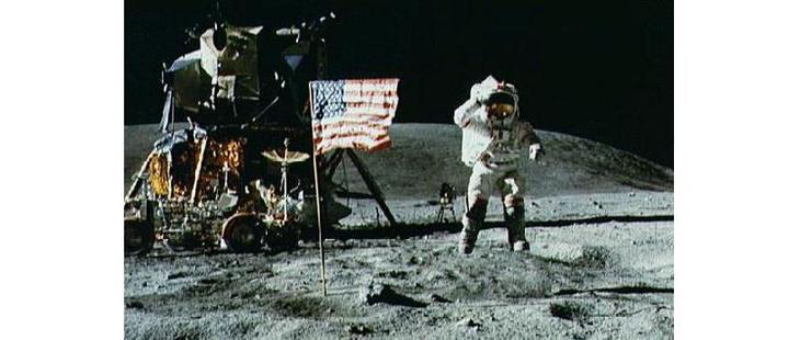 По версии скептиков Джон Янг не отбрасывает тени. На самом деле он решил подпрыгнуть. Поэтому астронавт и его тень не соприкасаются. /©NASA