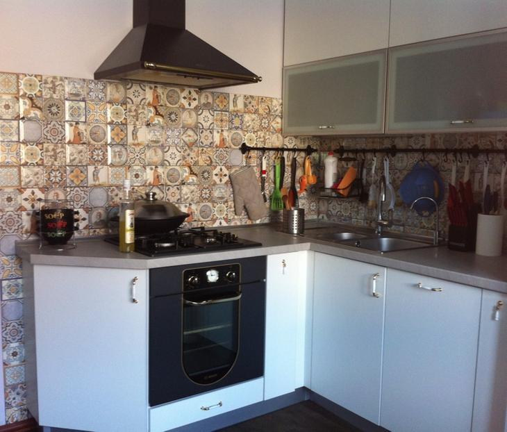 П-образная кухня с длинной рабочей поверхностью под окном