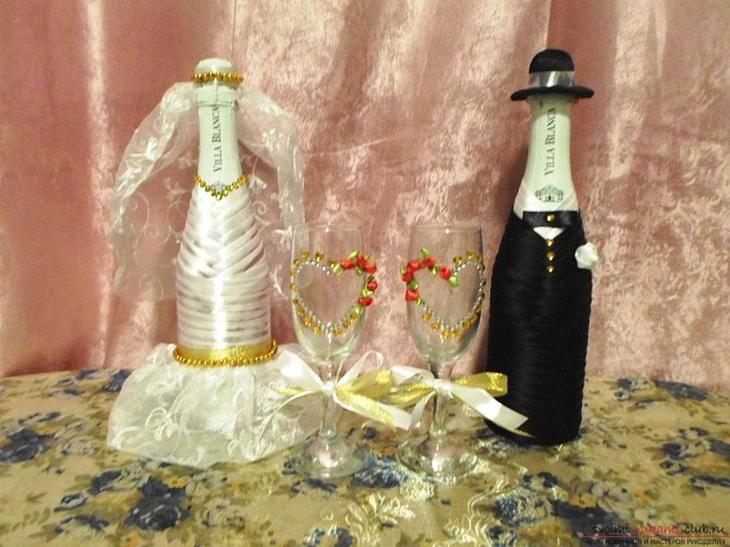 Вот такие своеобразные бутылки и бокалы декупажем в костюмах жениха и невесты