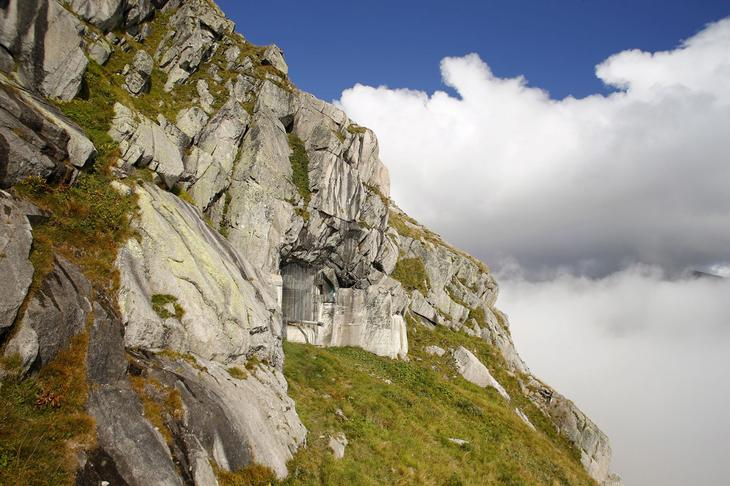 Бывшая швейцарская артиллерийская крепость в скале на перевале Сен-Готард. Даже дуло пушки до сих пор торчит. (Фото Arnd Wiegmann | Reuters)