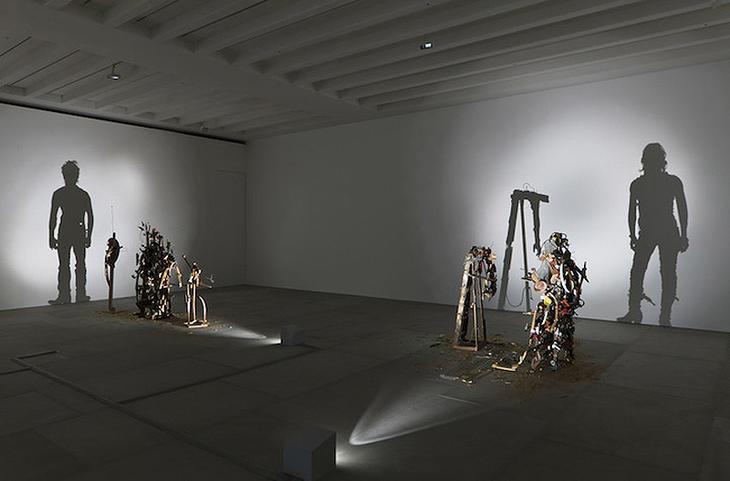 Shadow Sculptures 2 Невероятные скульптуры из груды мусора, света и тени