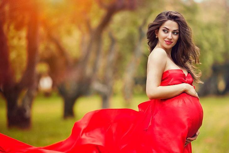 беремнная в красном платье