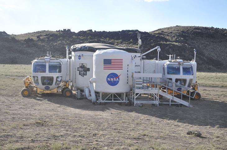 Обитаемый модуль Deep Space Habitat и два марсианских ровера Space Exploration Vehicle/ © wikipedia.org
