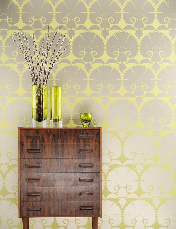Веселые желтые цветы на сером фоне стены