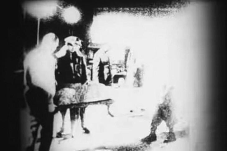 Якобы документальные кадры с выносом тела пришельца.