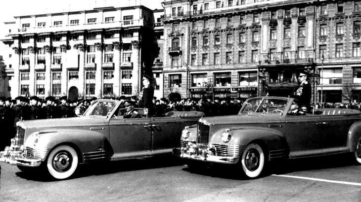 Первые советские специальные парадные автомобили ЗИС-110Б (из архива В. Мазепы)