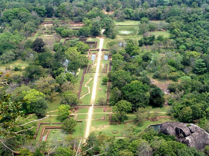 Крепость-дворец Сигирия. Шри-Ланка. Вид с горы на сады