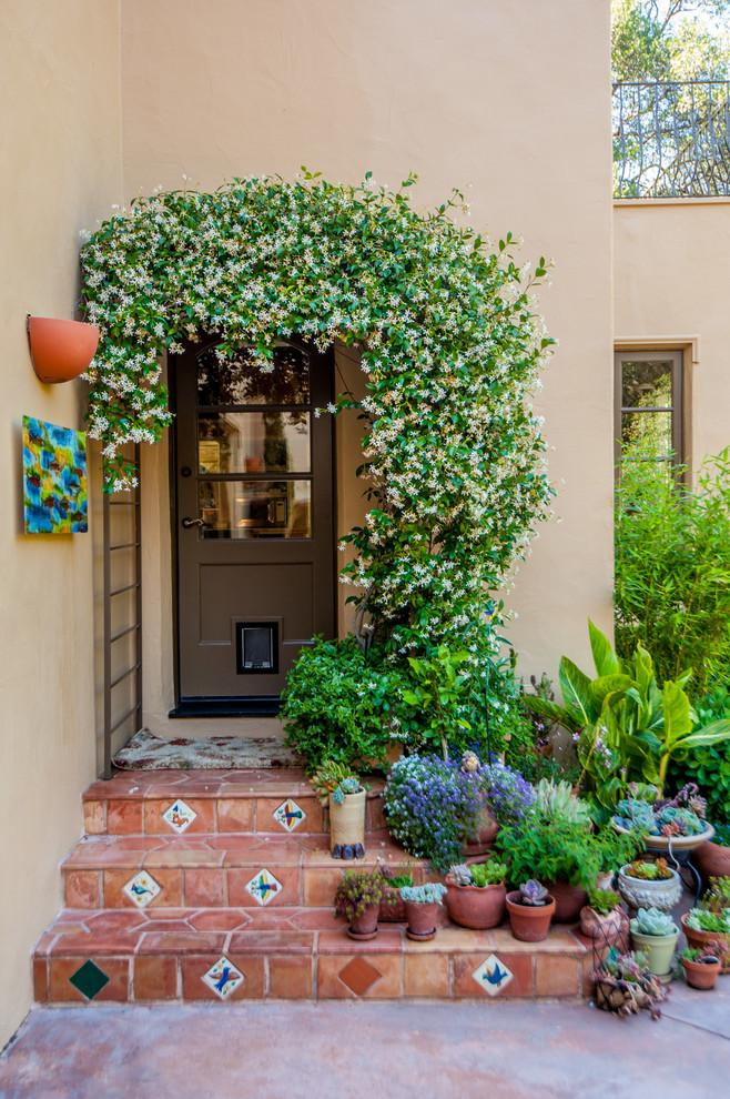 Вдохновение: цветочное оформление балконов и крылец