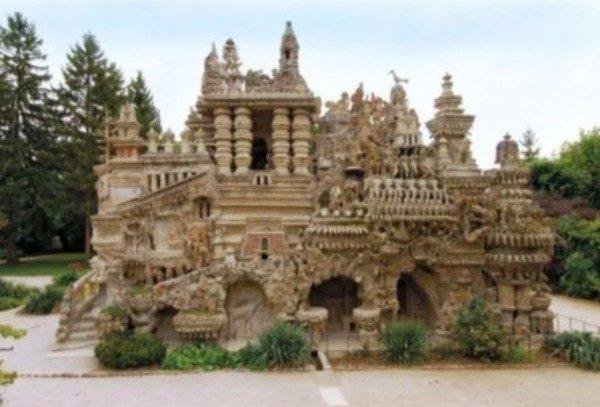 За 33 года почтальон построил замок своими руками