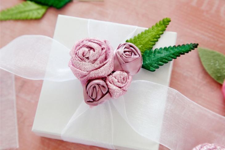 Упаковка подарка с розами из лент
