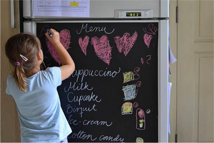 Оформление холодильника меловыми обоями