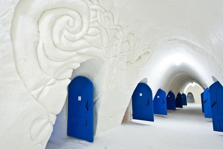 Внутри ледяного отеля в Финляндии. Фото