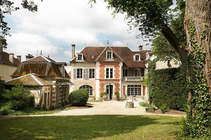 Великолепное старинное поместье с изящными интерьерами во Франции