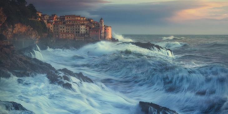 Город Специя на побережье разбушевавшегося Лигурийского моря в итальянском регионе Лигурия, Италия