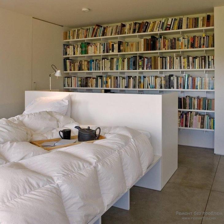 Полноценная домашняя библиотека в интерьере спальни