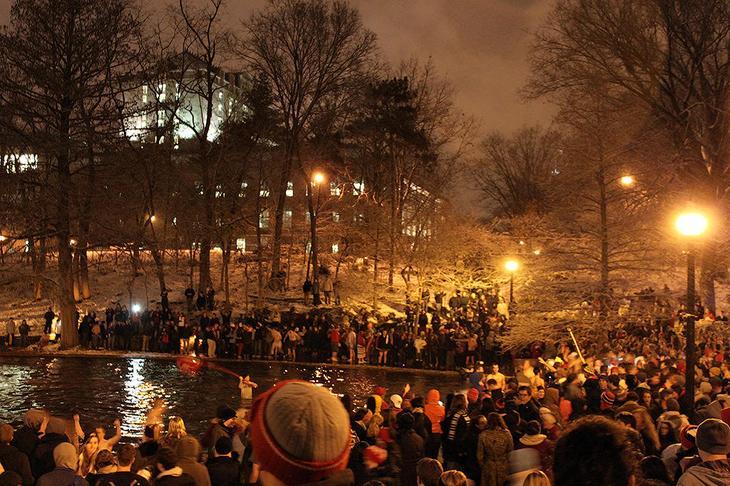 3. Университет штата Огайо: Прыжок в Зеркальное озеро Большинство студентов штата Огайо являются ярыми футбольными болельщиками, и для того чтобы поддержать свою команду в преддверии матча с Мичиганским университетом, ее злейшим соперником, они за неделю до игры, холодной ноябрьской ночью устраивают прыжки в озеро, расположенное на территории кампуса. Несмотря на то, что температура на улице в такое время года может опускаться ниже нуля, студенты гурьбой шагают к озеру, поют веселые песни, после чего погружаются в ледяную воду.