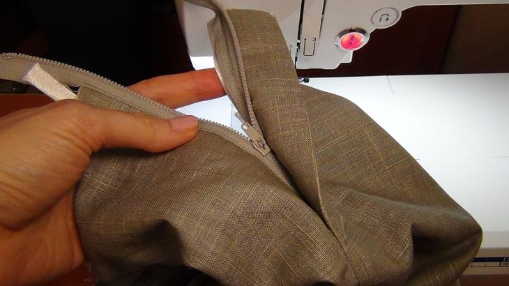 Готовый гульфик на женских брюках, сшитых своими руками, вариант 1