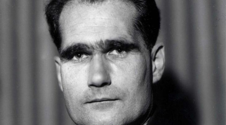 Шотландское путешествие Гесса 10 мая 1941 года второй человек Рейха, заместитель Гитлера по делам нацисткой партии Рудольф Гесс в форме капитана люфтваффе поднял в воздух истребитель дальнего действия Bf-110 и улетел в Великобританию. На северном побережье Соединенного Королевства Гесс выпрыгнул с парашютом, предоставив самолету самому разбираться с управлением. Он дошагал до замка герцога Гамильтона и затребовал личной встречи с Черчиллем. Это стало шоком для всех: Гитлер тут же объявил Гесса сумасшедшим — поступок и в самом деле не имел никаких логических обоснований. До сих пор так и не известно, зачем Гесс решился на эту эскападу и что обсуждал наедине с британским премьером.