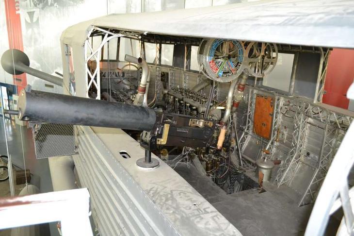 Дирижабль Цеппелин LZ 113 оснащался тремя моторами типа HS фирмы «Майбах» мощностью по 240 л.с. для управления которыми использовался машинный телеграф, подобный корабельному – его видно под крышей гондолы