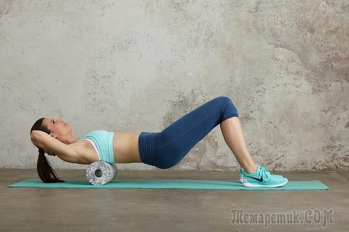 Упражнение для спины с валиком под поясницу