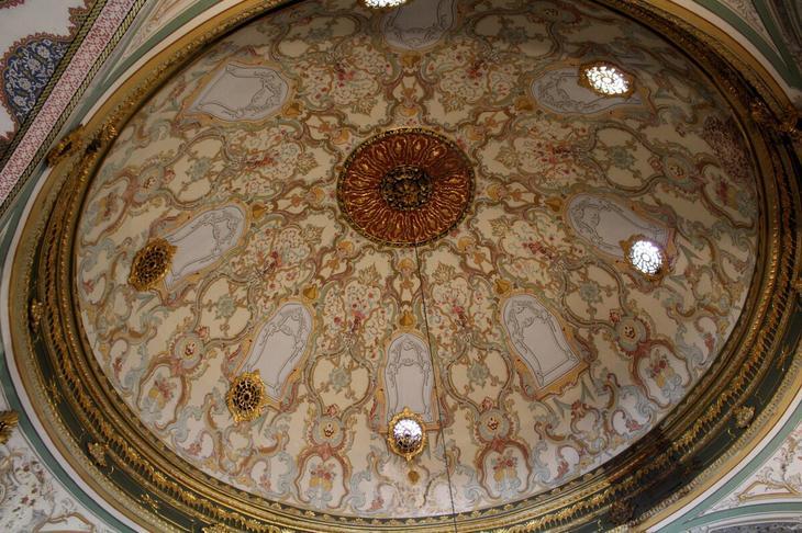Судя по всему, на Востоке особое внимание уделяли потолкам, потому что всегда и везде именно потолок — это самая красивая часть любого сооружения и помещения