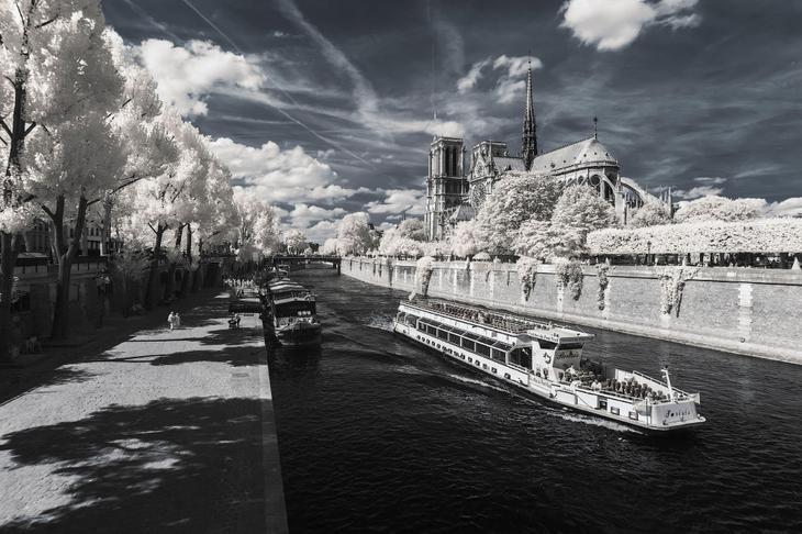 Кораблики в Париже в инфракрасном свете