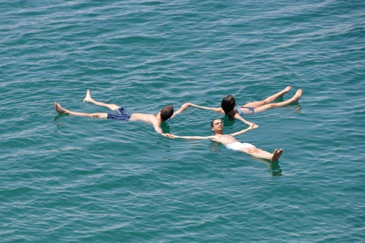 Купание в Мертвом море. Израиль. Фото