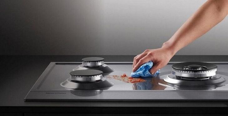 Зачем нужно накрывать плиту влажными полотенцами?