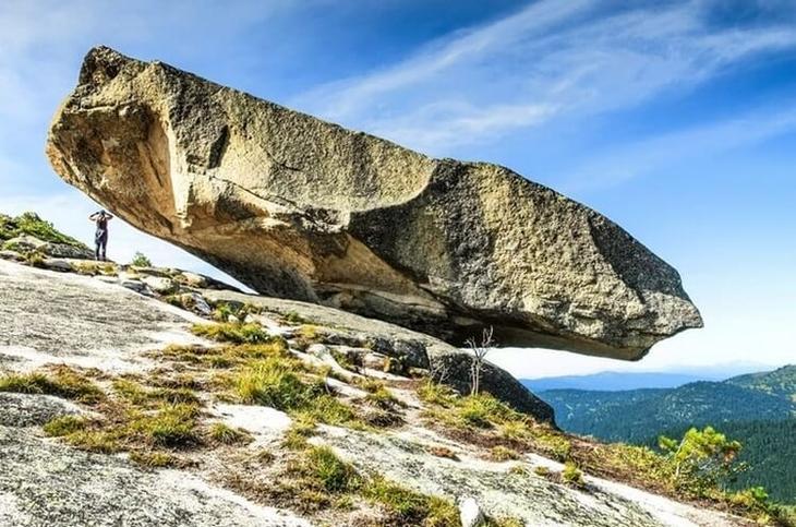 Разгадка этого феномена не так уж и сложна: почему же не падают висячие камни?