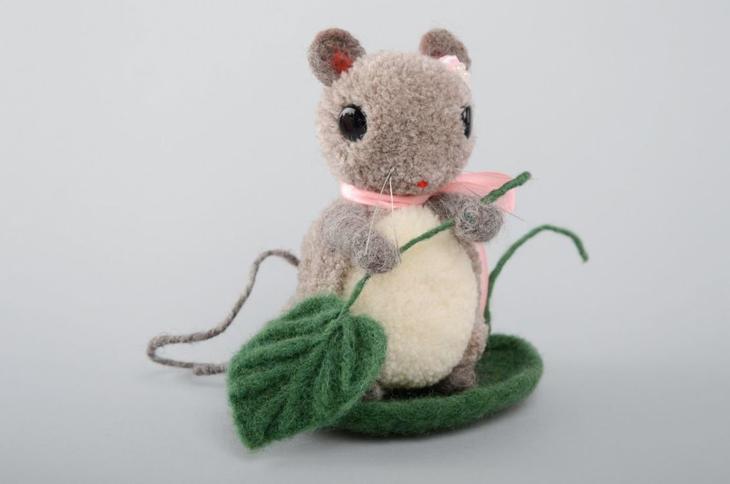 Большая мышка из помпонов