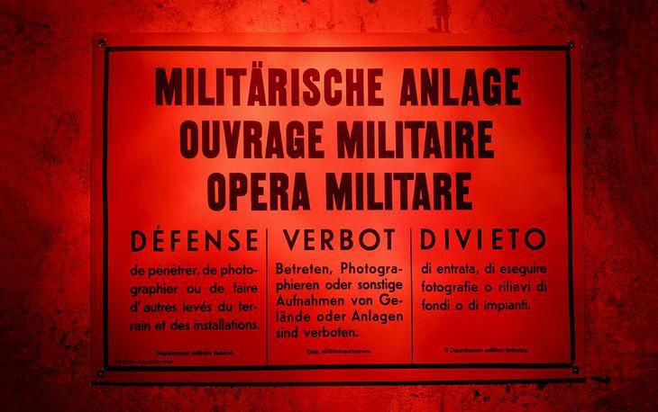 Плакат гласит: «Военный объект. Вход и фотографирование запрещены». Крепость Sasso da Pigna на перевале Сен-Готард. (Фото Arnd Wiegmann | Reuters)