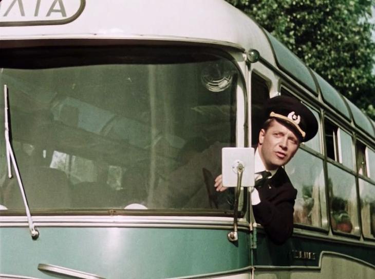 """Сейчас занесет Славку (актер Юрий Белов). Здесь он едет на серийном ЛАЗ-967 """"Турист"""" СССР, кино, королева бензокалонки"""