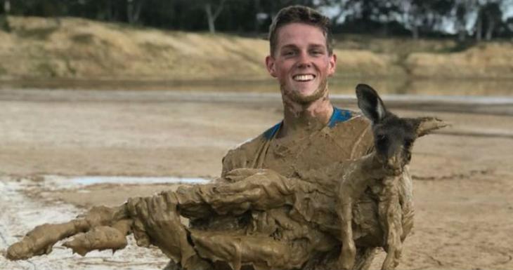 Австралийский подросток полез в грязь, чтобы спасти увязшего по уши кенгуренка