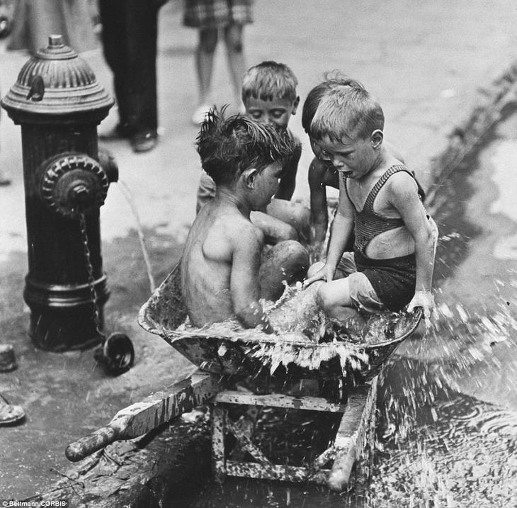 Дети купаются в воде из гидранта. Нью-Йорк, 1939 год. жара, история, кондиционер