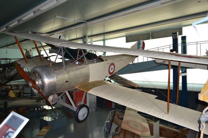 Очень удачный английский двухместный самолет Сопвич «Полуторастоечный» до самого конца империалистической войны применялся в качестве разведчика, бомбардировщика и истребителя. Таких самолетов было много не только в английской, но и во французской (экспонат принадлежал как раз ей), итальянской и русской авиации. А в годы войны он служил и у «белых», и у «красных»