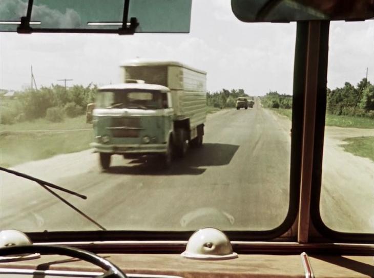 Чехословацкая Skoda-LIAZ 706RTch - от более поздних чехословацких седельников ее отличает характерная поперечина на фальшрадиаторной решетке СССР, кино, королева бензокалонки