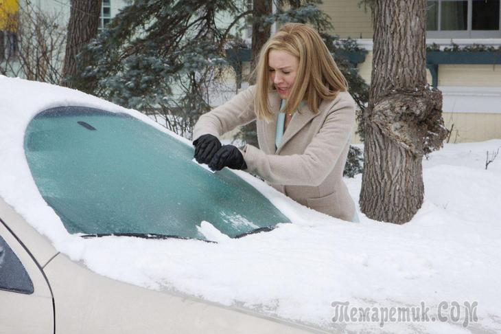 Лед на лобовом стекле: 4 главные ошибки водителей