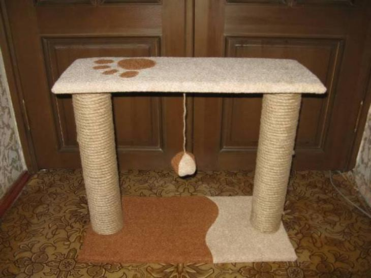 Столик-когтеточка с игрушкой