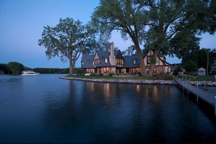 Классический двухэтажный дом в английском стиле расположенный на полуострове на берегу озера