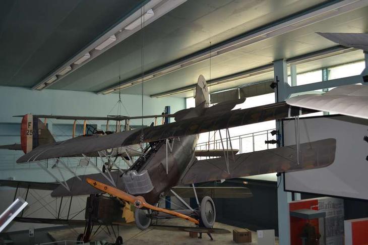 Мощный немецкий истребитель Пфальц D XII. Подобно другим подобным самолетам фирм «Альбатрос», «Фоккер», «Хальберштадт» и других, он имел не звездообразный или V-образный, а однорядный мотор
