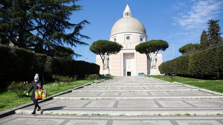 Церковь Святых Петра и Павла в Квартале всемирной выставки в Риме, Италия, 23 марта 2020 года