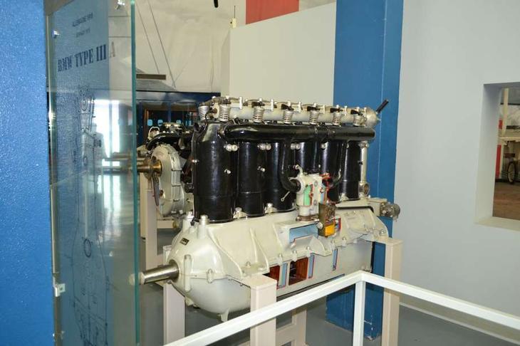 Шестицилиндровый BMW IIIa – типичный немецкий авиамотор времен I мировой войны. Его цилиндры располагались в один ряд, что давало малый мидель, и охлаждались водой