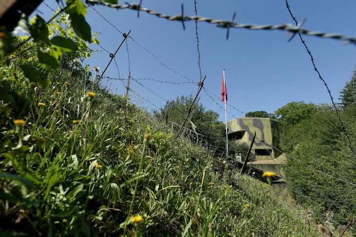 За проволокой скрывается очередной артиллерийский бункер, построенный в Швейцарии в 1937—1939 гг. Функционировал и поддерживался он до 1988—1989 гг. Сейчас это музей. (Фото Arnd Wiegmann | Reuters)
