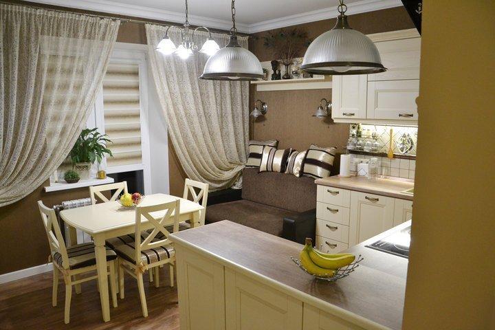 Кремовая кухня с полуостровом