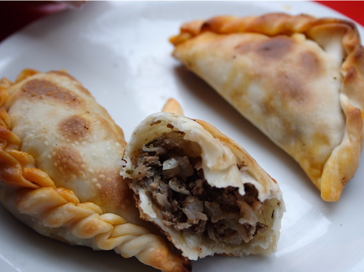2. Испания, эмпанада. В переводе с испанского означает «завернутые в хлеб». Внутри жареного теста обычно мясной фарш, вареные яйца, оливки, лук, красный перец и тмин.