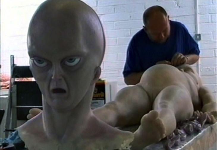 Скульптор изготавливает тело пришельца.