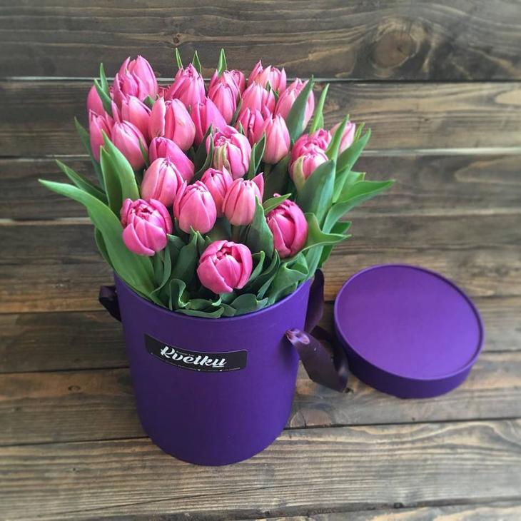 Небольшая коробка с розовыми тюльпанами